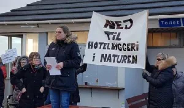 Der har været store lokale protester mod opførslen af de 50 hotellejligheder tæt på vandet i Blåvand. Men i denne uge stemte Varde Byråd ja til planerne. (Foto: Mariane Nygård Holm)