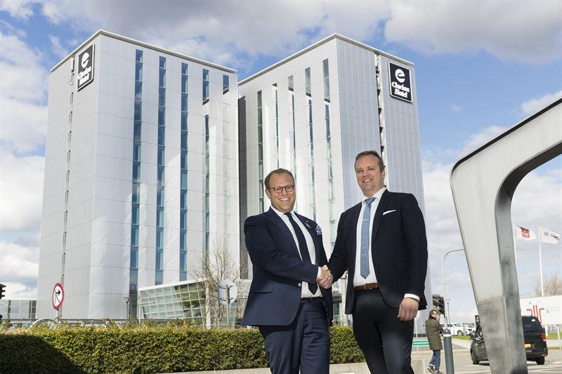 Miri Sumiq (tv) drager videre til nye opgaver i Sverige og overlader opgaven med ledelsen af Clarion Hotel Copenhagen Airport til Jesper Olesen. (PR-foto)