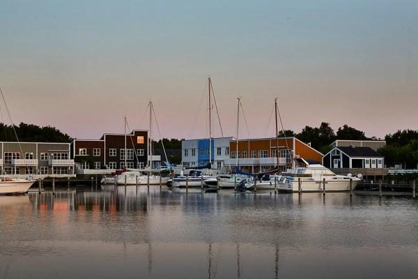 Øer Maritime Ferieby er resultatet af store tanker hos arkitekterne Friis & Moltke, og træhusenes farvepalette er skabt af kunstneren Emil Gregersen. (Foto: Turisme.nu)