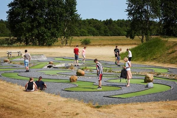Landal Ebeltoft har 'pladen fuld' når det gælder om at tilbyde gæsterne muligheder for aktiviteter: Her er den klassiske minigolfbane, beachvolley, legeplads, sportshal og svømmehal.(Foto: Turisme.nu)