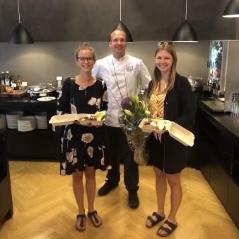 Scandic og Too Good To Go kunne fejre måltidsboks nummer 10.000 på Scandic Aarhus City. De heldige vindere blev Fie og Thea. De blev belønnet med en stor buket blomster og morgenmad fra buffeten. (Foto: Scandic Hotels)