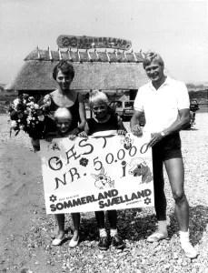 Allerede i første sæson i 1985 besøgte mere end 50.000 gæster Sommerland Sjælland. Gæst nr. 50.000 var Jeanne og Kim Rolsted fra Slangerup sammen med børnene Litten og Jonas på henholdsvis 7 og 10 år. Billedet er taget af John Olsen/Photodan