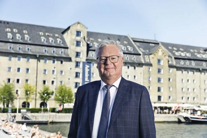 """Investorerne har for en stund mistet appetitten på hotelejendomme. """"Mit bud er, at vi skal ind i 2022, før antallet af hotelovernatninger er på niveau med 2019,"""" siger Peter Winther, CEO i Colliers. (PR-foto)"""