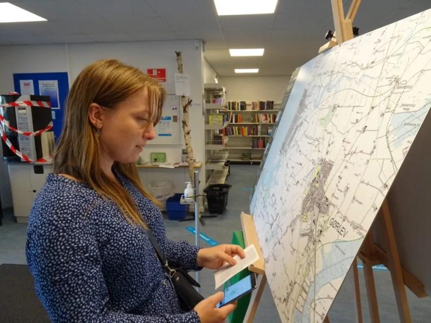 Den lokal borger Nanna Byrnak Storm i færd med at aflevere sin fortælling om Naturpark Åmosen. (Foto: Thomas Skou Grindsted)