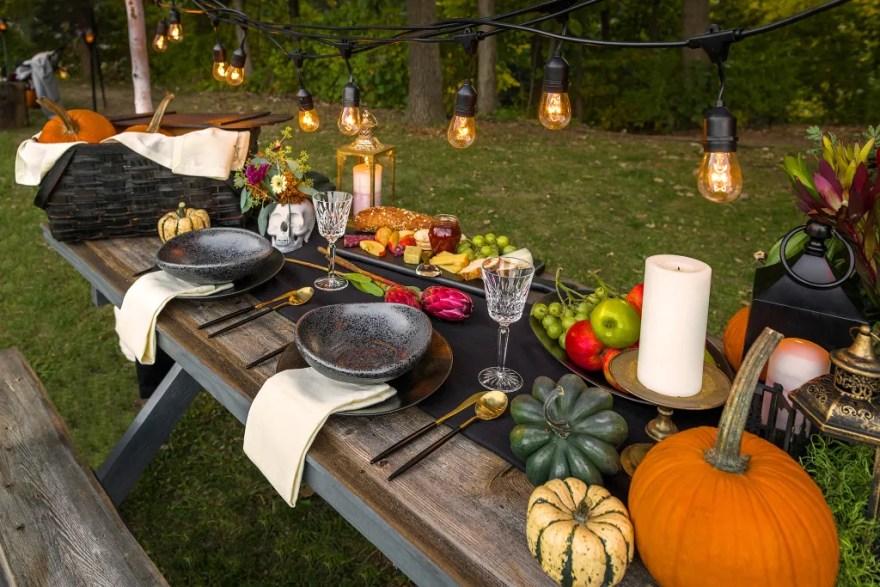 Der serveres mad på (u)hyggeligste vis i haven (Foto: Airbnb)
