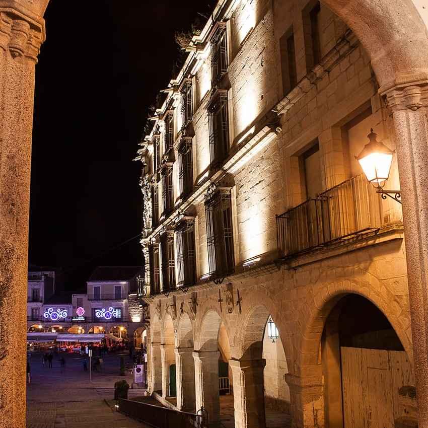 Palacio de Trujillo desde arquería de la Plaza Mayor