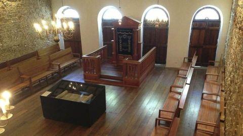 La Sinagoga Kahal Zur Israel data de 1636, es la primera sinagoga de América Latina. Se encuentra en la Rua do Bom Jesus, Pernambuco.