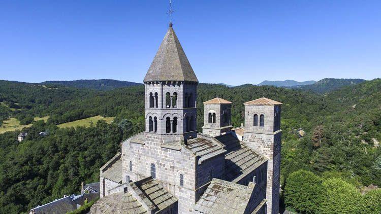 Este templo de arte románico se encuentra en el Mont Cornadore y está dedicado a Saint Nectaire d'Auvergne, evangelizador de Auvernia fallecido Siglo III. El templo se terminó en la segunda mitad del siglo XII. El mismo se levantó a instancias de los monjes benedictinos instalados en la comuna de Chaise Dieu.