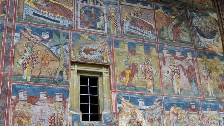 La pintura interior de este templo de bucovina te fascinará . Expone escenas espirituales dignas de veneración. Verás imágenes glorificando a Abraham.
