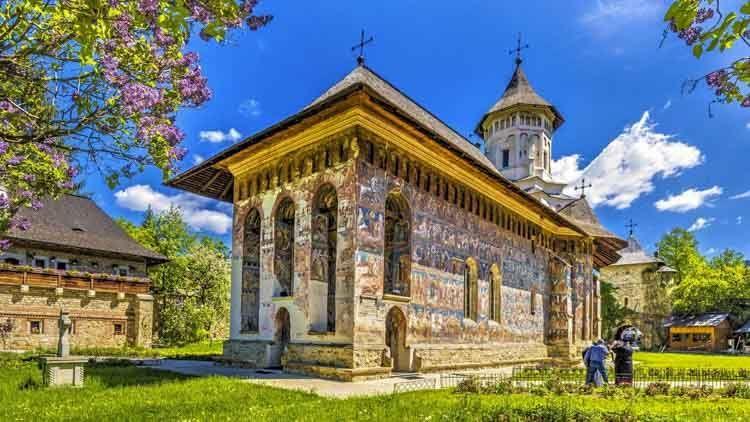 Al hacer el viaje a los monasterios de Bucovina, usted se embolsa el boleto gratis para ver las ilustraciones más extraordinarias de la Biblia