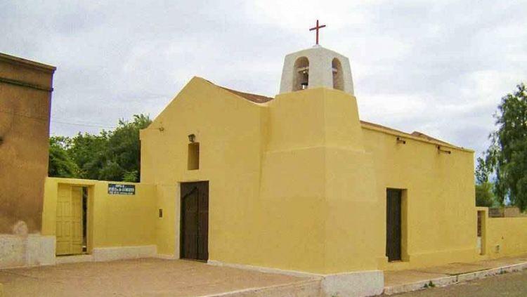 Los feligreses de La Puntilla celebran a la Virgen de la Merced en esta antigua capilla construida para el culto familiar, que tiene un techo de caña a dos aguas, bajo un marco de algarrobos
