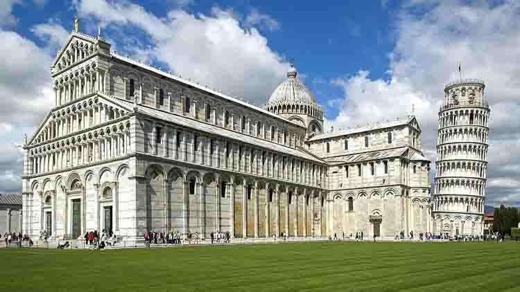 La Catedral de Nuestra Señora de la Asunción de Pisa (en italiano: cattedrale di Santa Maria Assunta) se encuentra en la Piazza dei Miracoli (o Piazza del Duomo). Es el centro de un conjunto monumental clasificado como Patrimonio de la Humanidad por la UNESCO.
