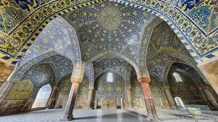Esta mezquita es conocida por varios nombres: Nueva Mezquita Abbasi, Mezquita Real o Mezquita Imam Jomeini. Considerada como una de las obras maestras de la arquitectura persa, está registrada en los sitios del Patrimonio Mundial de las Naciones Unidas. Mezquitas Iranies