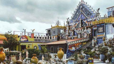 """Descubrir la Ermita de Vicente, en el """"tacón de la bota italiana"""" es toparse con altos y coloridos muros tapados con mosaicos radiantes que capturan los rayos del sol y se vuelven aún más deslumbrantes"""