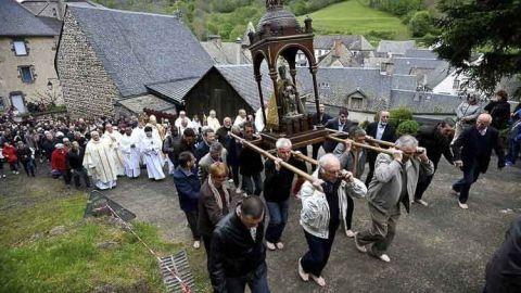 La devoción mariana no se debilita en Orcival, donde turistas, feligreses y fieles que llegan de lejos participan en mayo de la peregrinación de la Ascensión.