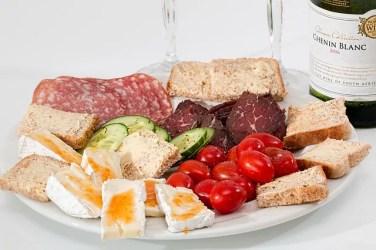 food platter 2175326 640 376x250 Italiano para Viagem: As etapas de uma refeição italiana (almoço e janta)