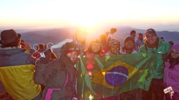 Nossa turma felize com a conquista de subir até o topo do Fuji-San!!!