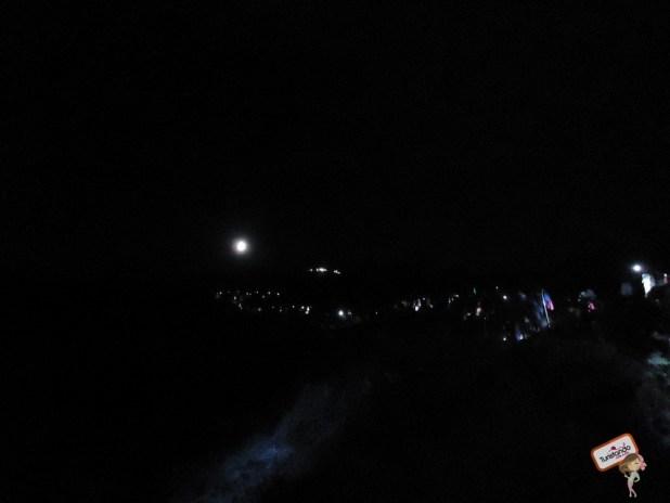 Após uma hora de descanso, reta fina. Todas essas luzes são lanternas de outras pessoas subindo.