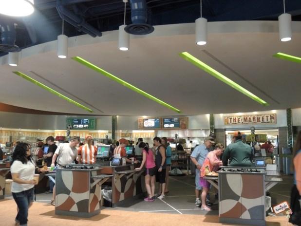 Na praça de alimentação você pode comprar lanches, pizzas, saladas, cafés, biscoitos, chocolates. bebidas etc.