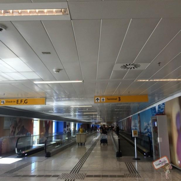 Caminho entre os terminais 1 e 2 para o terminal 3. Da pra circular entre eles apesar da distância ser longa, diria que uns 800 metrôs.