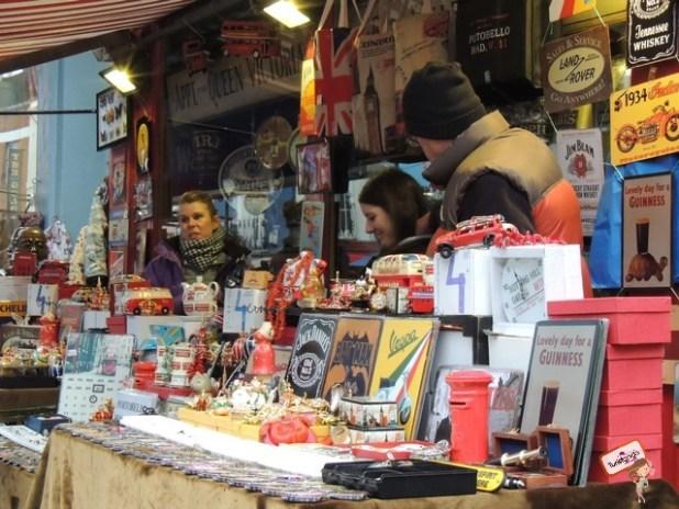 O Portobello Market vende muitas antiguidades, livros, placas decorativas etc. É essencial para amantes de artes no geral