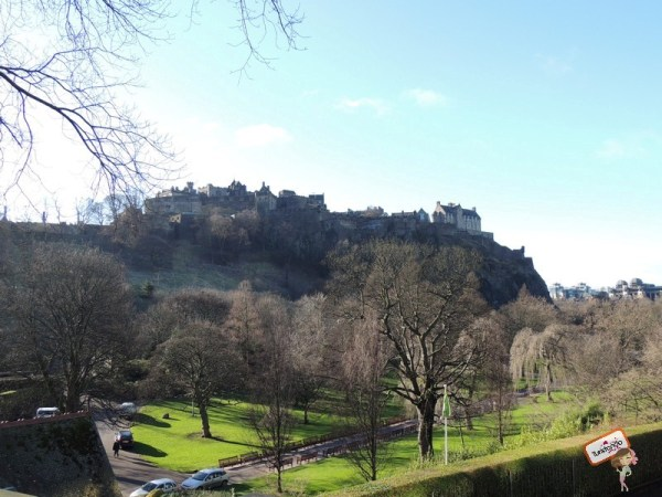 Castelo de Edimburgo visto de Princess Street Gardens
