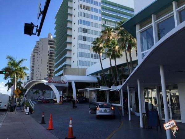 Fachada do Deauville Beach Resort em Miami Beach