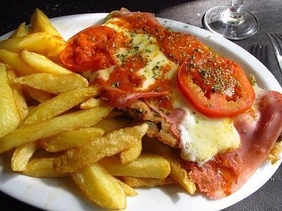 Milanesa_napolitana_con_papas_fritas