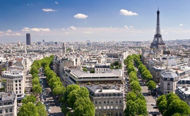 Clásica vista de París desde el Arco de Triunfo.