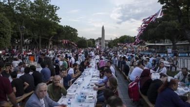 """Photo of آلاف الصائمين يجتمعون على موائد الإفطار في """"السلطان أحمد"""" بإسطنبول"""