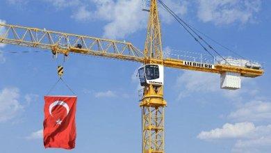Photo of بالفيديو.. تفاعل واسع في تركيا مع مشاهد لعامل يصلّي فوق رافعة على ارتفاعٍ عال