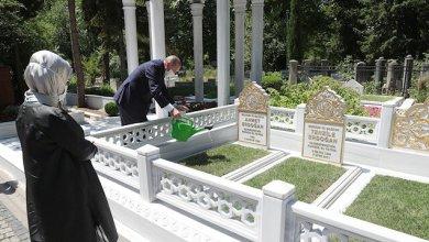 Photo of أردوغان يزور قبري والديه في إسطنبول
