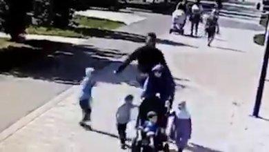 Photo of شاهد .. رجل عنصري يعتدي على أم مسلمة تمشي في الحديقة مع أطفالها