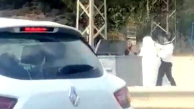 Photo of شاهد .. عريس يضرب عروسه وسط الطريق !