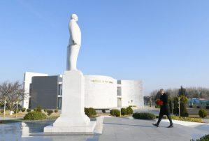 Dövlət başçısı Ağstafa şəhərində ümummilli lider Heydər Əliyevin abidəsini ziyarət edib