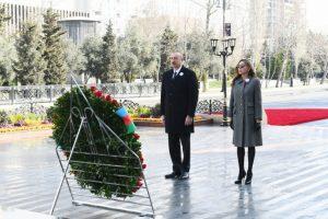 Prezident İlham Əliyev və birinci xanım Mehriban Əliyeva Xocalı soyqırımı abidəsini ziyarət ediblər