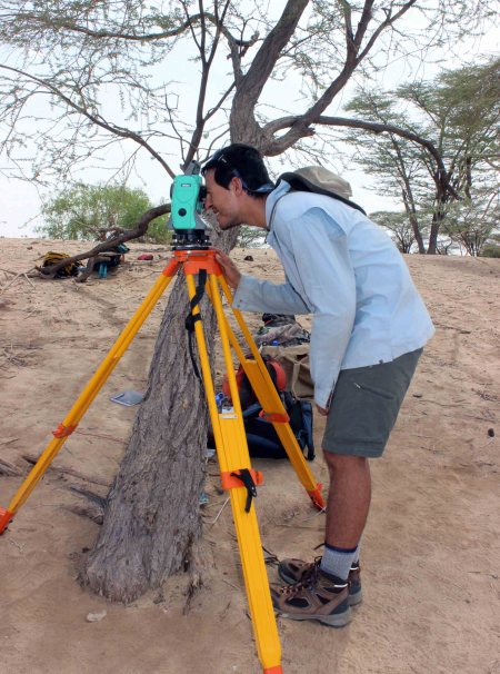 Ryan learns how to use the total station. This machine can record the precise location of each artifact find - it's very useful for constructing a precise map of the site later on.