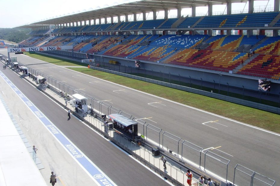 Istanbul_park_front_straight_and_main_grandstand
