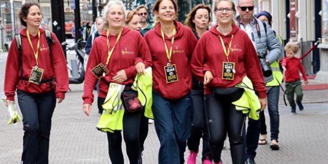 Hollandada mültecilere destek için 40 kilometre yürüdüler