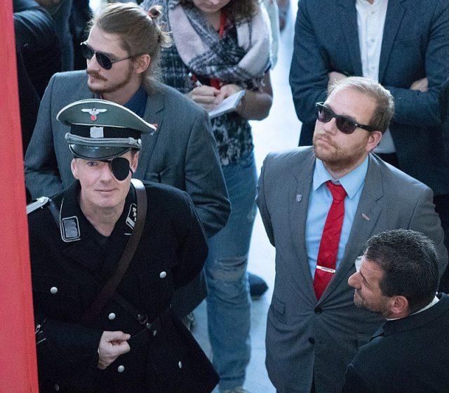 Martin Sonneborn in Stauffenberg-Verkleidung mit Parteikollege Nico Wehnemann