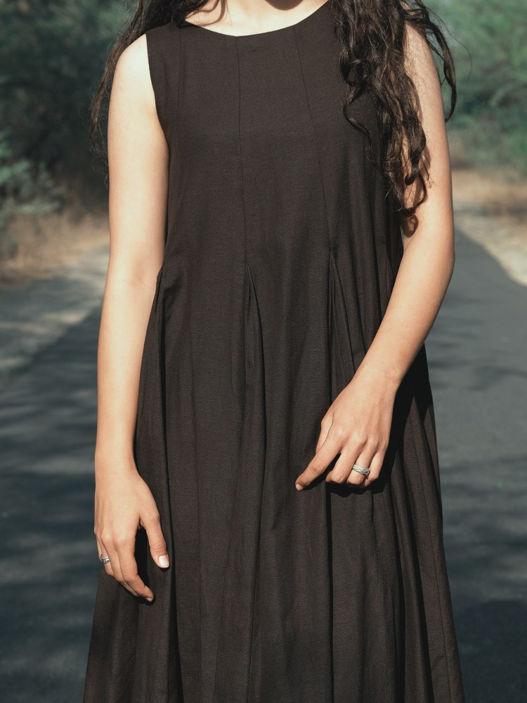Long Pleated Black Sleeveless Dress