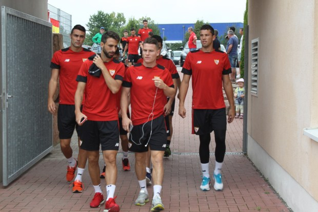 Die Spieler des FC Sevilla bei der Ankunft in der TuS-Sportpark-Arena