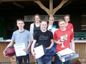 Siegerehrung 10 km Lauf Sieger: Denise Matys (hinten Mitte) und Kilian Grünhagen (vorn rechts)
