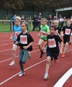 Jonah Helms (im grünen Shirt) bim Start über die 800 m