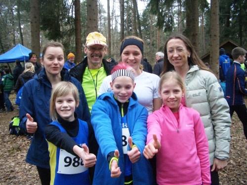 """""""Daumen hoch"""" für unsere Läufer und Öäuferinnen hinten: Carolin, Hans, Stefanie, Natalia, vorn: Kaya, Marie, Veronique"""