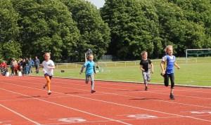 Helene beim 50 m Vorlauf weit voraus