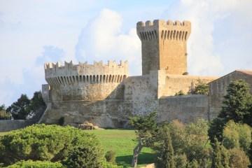 Il Parco Archeologico di Baratti e Populonia, Livorno, ospita resti di insediamenti romani e etruschi che si affacciano sul mare dell'Arcipelago Toscano