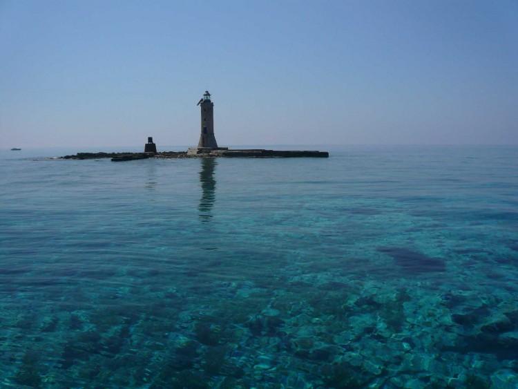 E' possibile visitare l'Isola di Montecristo, riserva biogenetica della Toscana, solo con minicrociere organizzate e accompagnati dall'autorità forestale