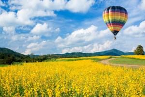 Giro in mongolfiera in Toscana, sorvolando la verde campagna del Chianti con i suoi vigneti e antichi borghi medievali