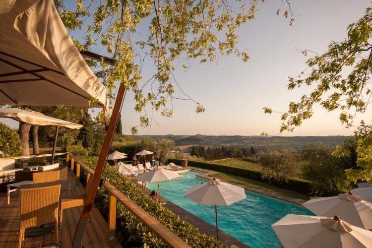 Il Country Resort Luxury Toscana Villa I Barronci ha una piscina con vista sul Chianti e una zona SPA per trattamenti di bellezza e relax